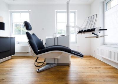 Zahnarzt Odenthal | Zahnmedizin an der Dhünn | Behandlungszimmer (Bild 1) der Zahnarztpraxis in Odenthal